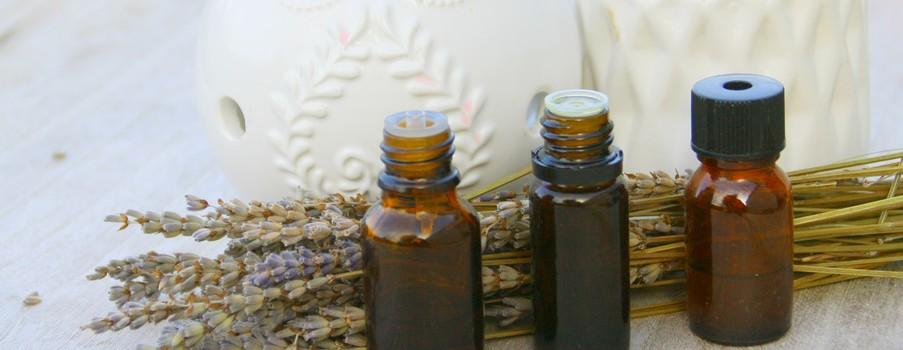 huile essentielle de lavande séchée,sur fond bois